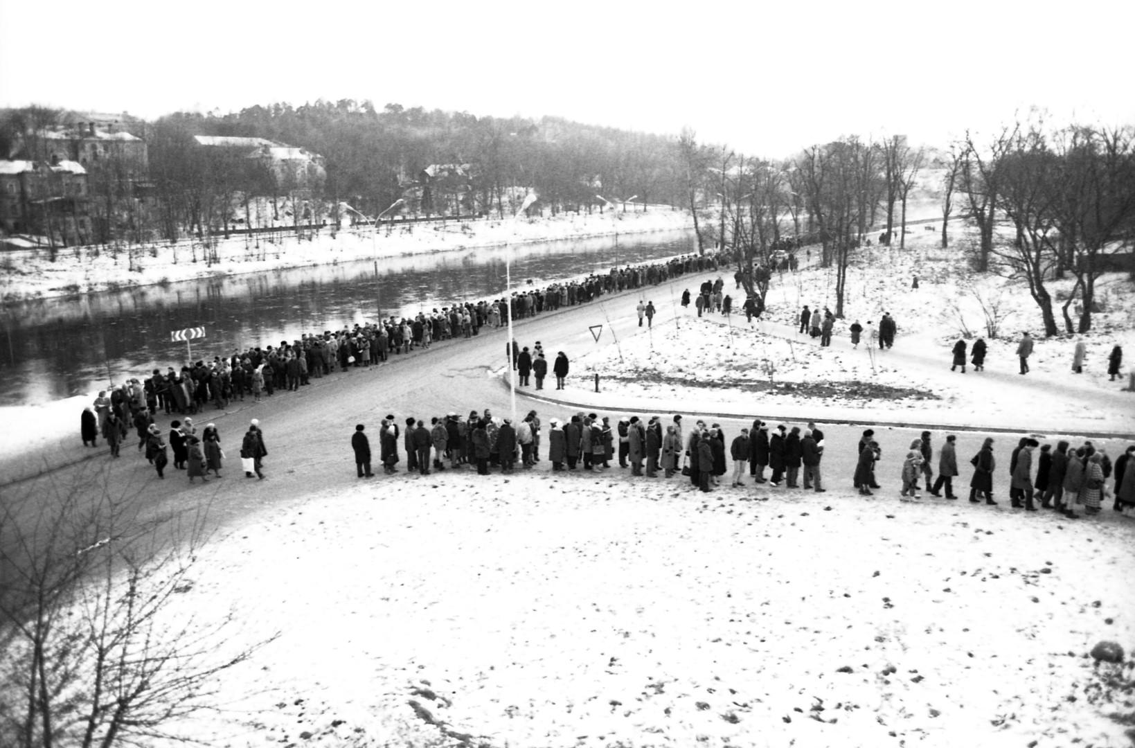 Schlange vor dem Sportpalast in Vilnius, in dem die Toten aufgebahrt wurden, 13.  Januar 1991.