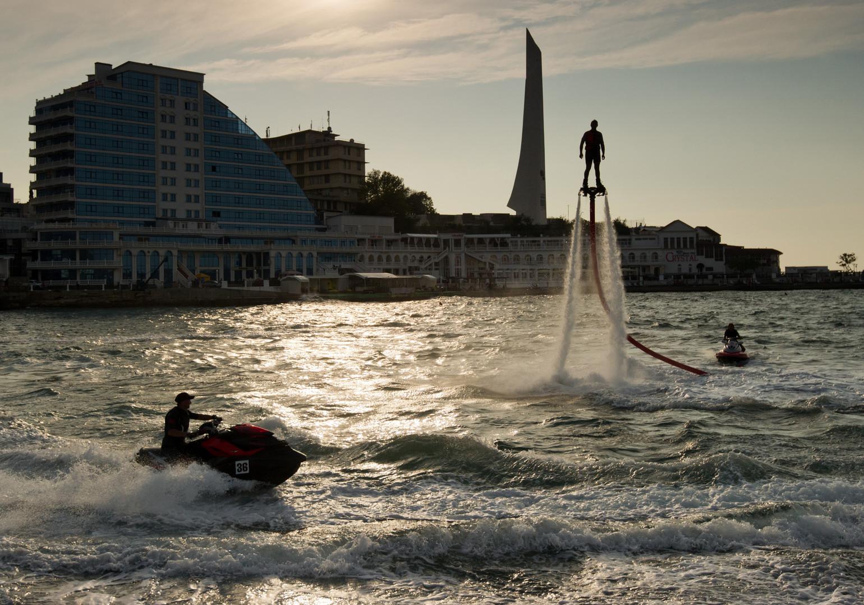 In vielen Urlaubsorten weltweit  kann man auch als Amateur die neue Wassersportart versuchen.