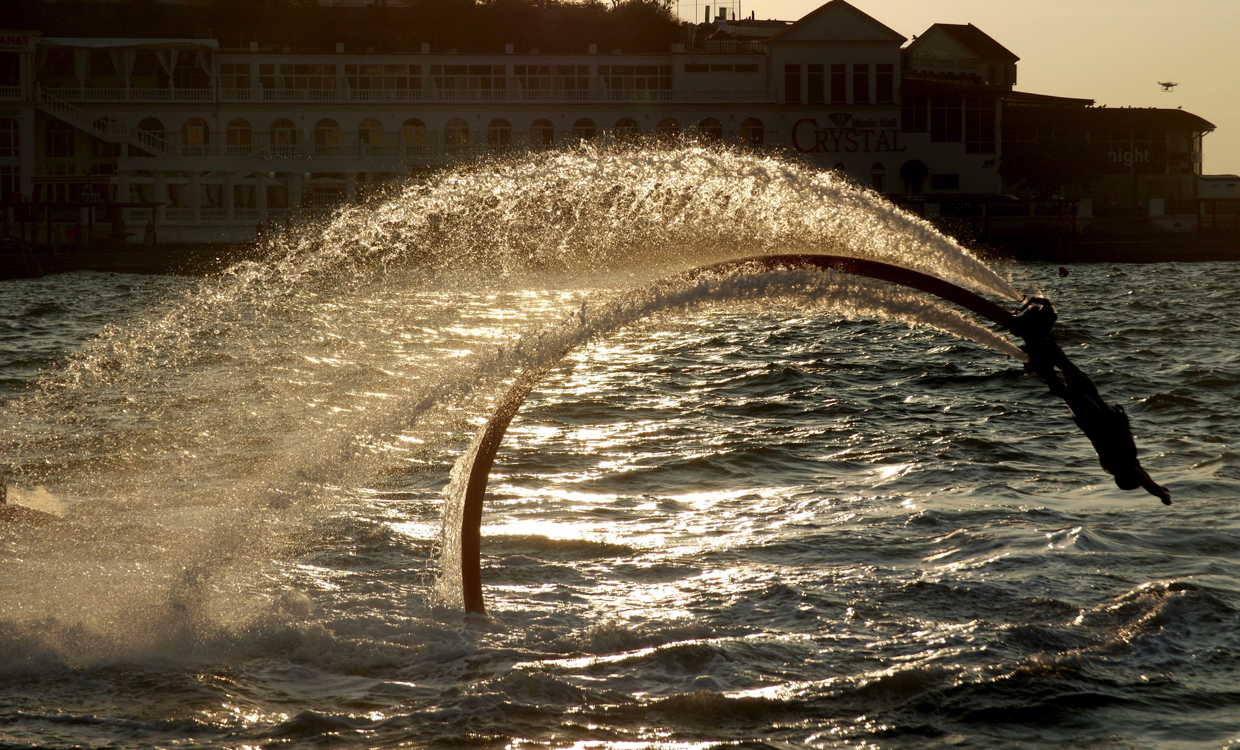 Flyboarding ist eine kunstvolle Sportart – man kann Salto schlagen, um die Achse drehen, in der Luft schweben oder hängen bleiben sowie spektakulär tauchen.