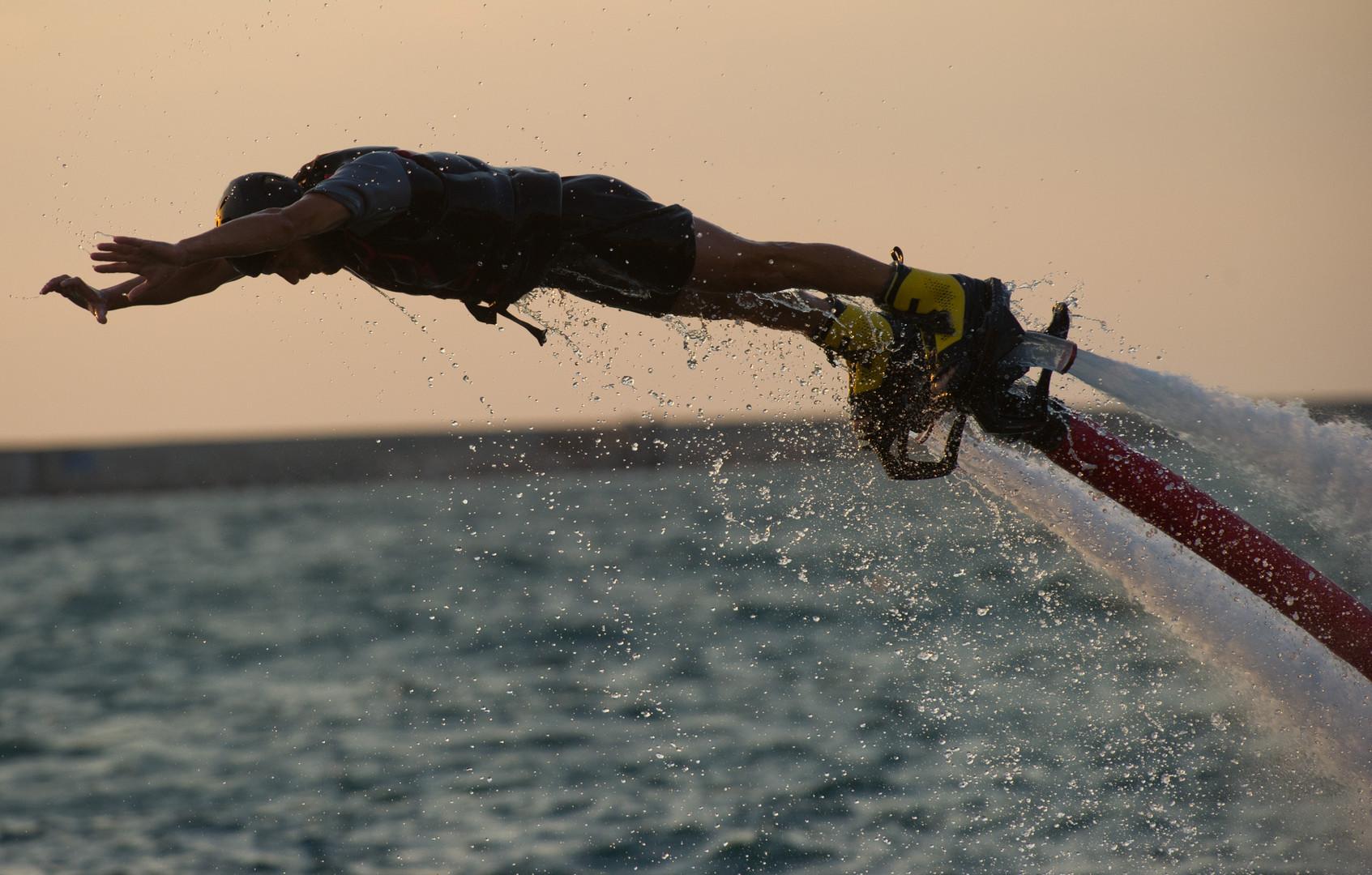 Der Sportler kann in die Höhe steigen, indem er durch die Fußneigung oder kleinere Düsen in den Händen die Triebwerkleistung steuert.