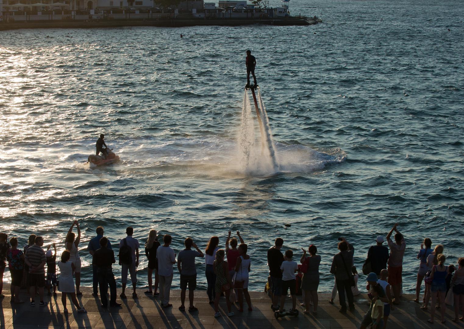 Mit dem Flyboard kann man bis zu zehn Meter über der Wasseroberfläche schweben.