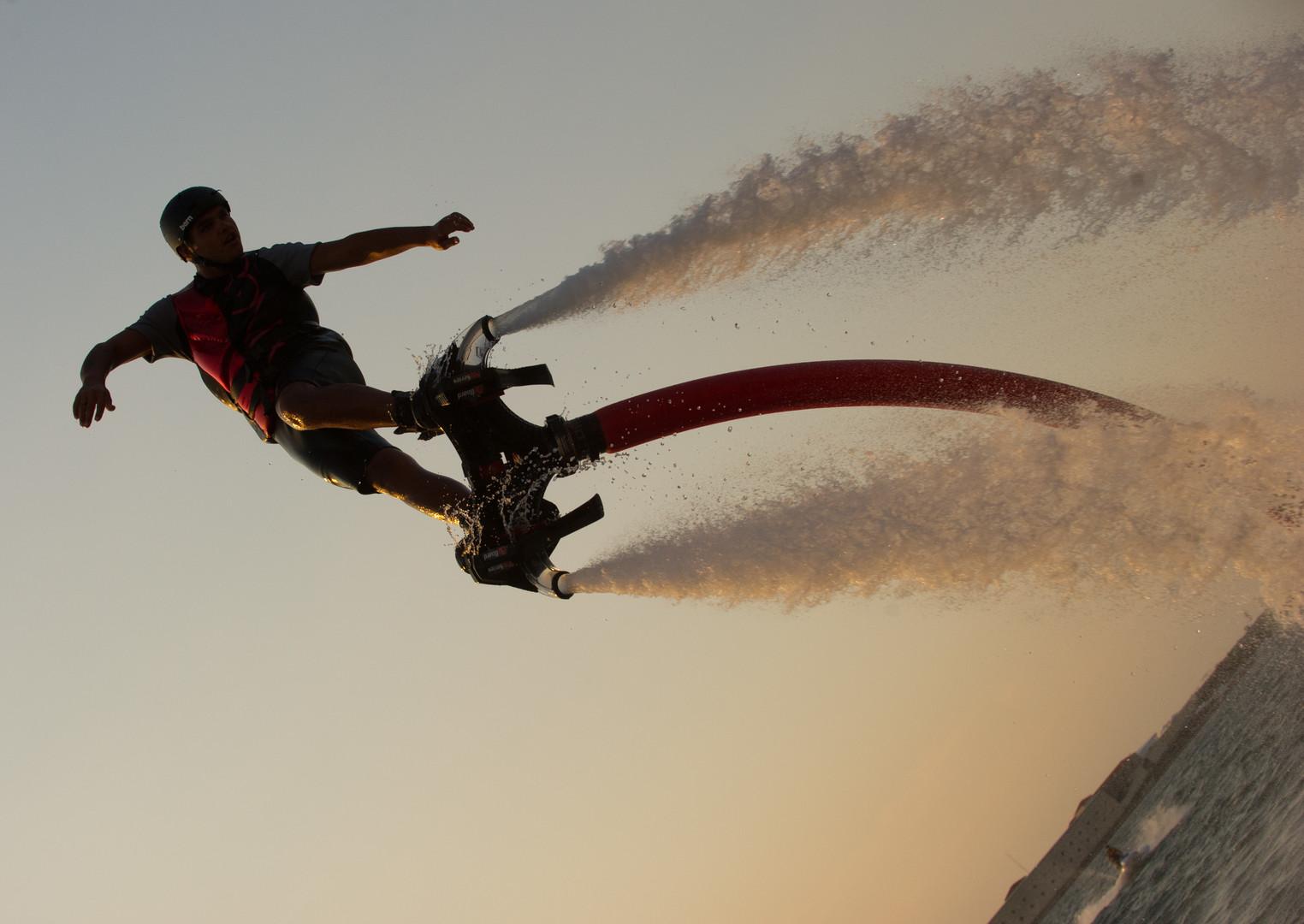 Flyboarding ist eine neue Extremsportart. Man bewegt sich unter Wasser und in der Luft auf einem Wassebrett, das durch den Wasserstrahl-Rückstoß eines Jetskis angetrieben wird.