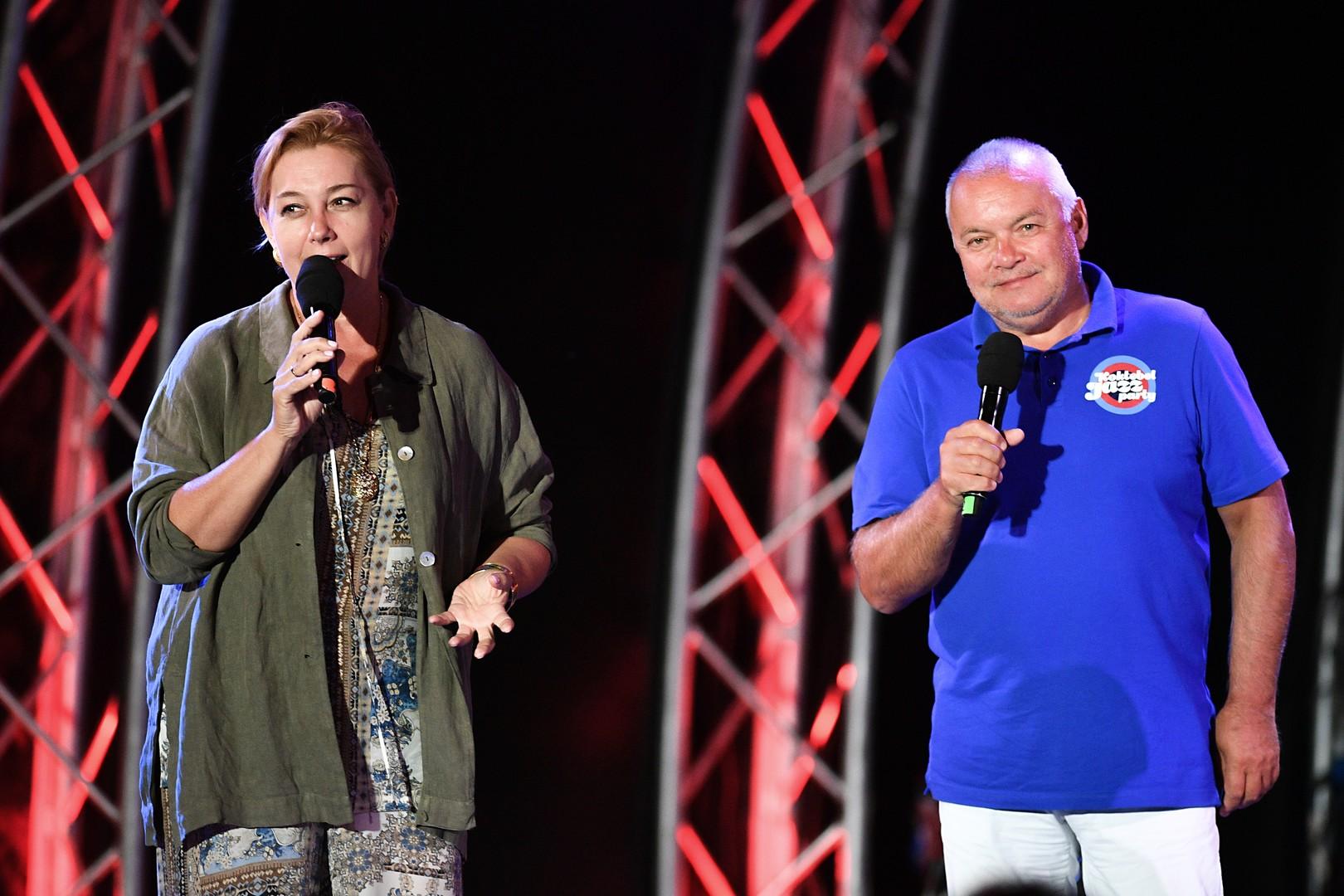 Russische Fernsehmoderatorin, Arina Scharapowa, und Gründer und Vorsitzender des Organisationskomitees von Koktebel Jazz Party, Dmitri Kisseljow