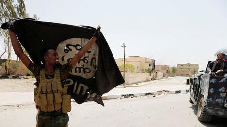 Symbolbild - Irakische Regierungstruppen mit erbeuteter IS-Flagge.