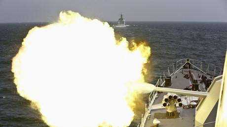 Chinesische Fregatte beim Manövereinsatz im Südchinesischen Meer