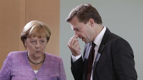 Interesse geweckt? Bundeskanzlerin Angela Merkel und ihr Regierungssprecher Steffen Seibert haben ein besonderes Augenmerk auf RT Deutsch.