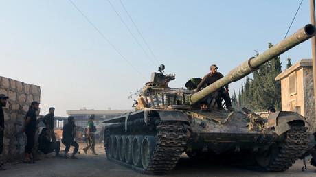 Rebellenmiliz mit einem eroberten Panzer in der Artillerie-Akademie von Aleppo, 6. August 2016.