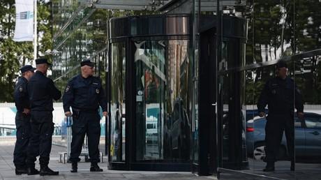 Polizei und das Mitarbeiter der Untersuchungskommission durchsuchen die Büros von Ikea im Chimki Business Park an der Stadtgrenze zu Moskau.