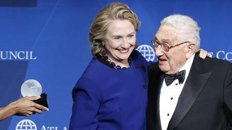 Kriegsverbrecher unter sich? Henry Kissinger überreicht Hillary Clinton den