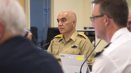 Der türkische Konteradmiral Uğurlu ist angeblich seit dem 22. Juli verschwunden. Er wird von türkischen Behörden per Haftbefehl gesucht. Hier ist er jedoch am 26./27. Juli auf einem NATO-Treffen zu sehen.