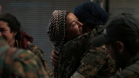 Die Freude ist groß: Kämpferinnen der SDF umarmen sich.