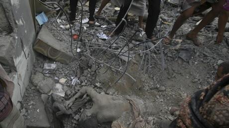 Leiche eines jemenitischen Zivilisten nach saudischem Luftangriff  auf ein Wohnviertel in Taiz, Mai 2015.