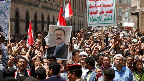 Unterstützer des jemenitischen Präsidenten Ali Abdullah Saleh demonstrierten am Wochenende vor dem Parlament, das erstmalig seit zwei Jahren zusammentrat. Sanaa, 13. August 2016.