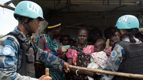 UN-Blauhelmsoldaten kontrollieren die Lebensmittelausgabe in einem südsudanesischen Flüchtlingslager.