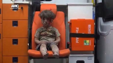 Omran Daqneesh, in einem Krankenwagen