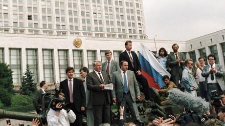 RSFSR-Präsident Boris Jelzin vor dem Weißen Haus in Moskau