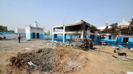 Der Einschlagskrater der saudischen Bombe im Hof des Krankenhauses der Hilfsorganisation