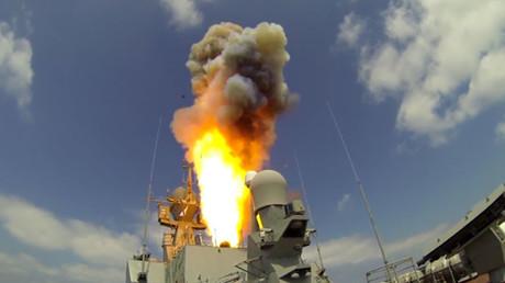 Russische Kampfschiffe im Mittelmeer zerstören mit Marschflugkörpern Kommandoposten von Al-Nusra