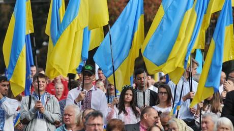 Einwohner von Lwow während eines Umzuges anlässlich des Unabhängigkeitstages