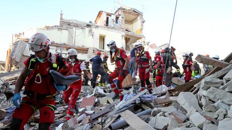 Rettungskräfte suchen nach dem Erdbeben Überlebende