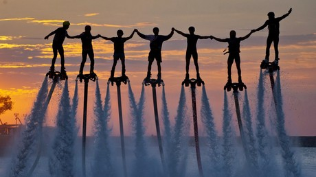 Bei der russischen Meisterschaft im Flyboarding wurde ein Rekord aufgestellt – in die Luft sind auf einmal sieben Sportler gestiegen.