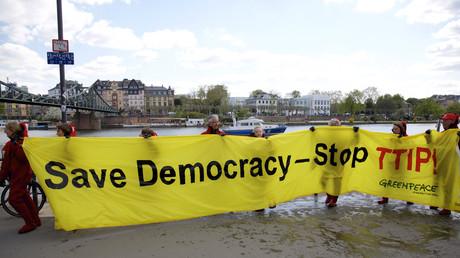 Greenpeace-Aktivisten demonstrieren gegen TTIP.