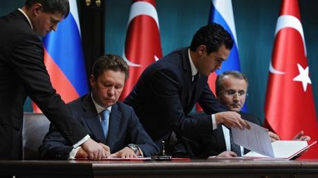 Vorstandsvorsitzende des russischen Konzerns Gazprom Alexei Miller und ein Vertreter des türkischen Pipeline Corperation BOTAŞ unterzeichnen ein Memorandum über den Bau einer russisch-türkischen Pipeline.