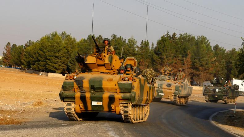 """Die Türkei will das Grenzgebiet Nordsyriens nicht nur vom IS """"säubern"""", sondern auch die kurdischen YPG-Einheiten ostwärts nach jenseits des Euphrats verdrängen. Die USA sind über die Kampfhandlungen zwischen ihren Verbündeten wenig erbaut."""