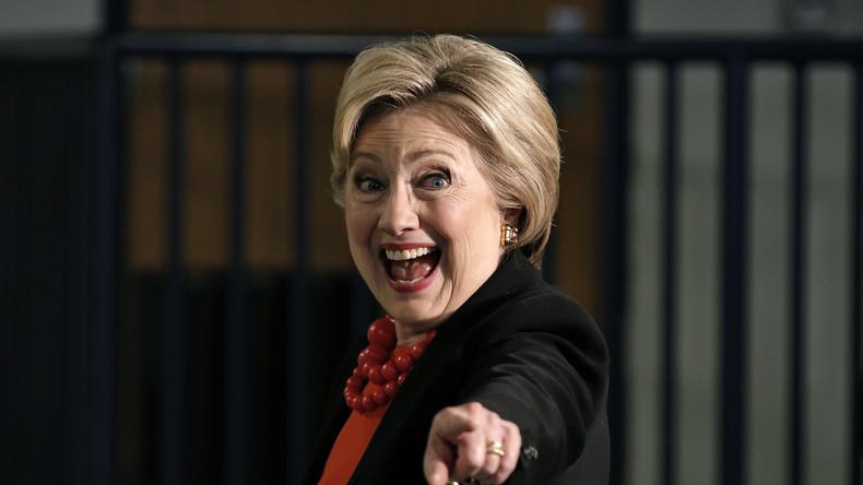 """Der Volksmund nennt sie """"Crooked"""" (""""Gaunerin""""), der militärisch-industrielle Komplex sieht in ihr hingegen die große Hoffnung für den Erhalt der USA als globale Führungsmacht: Hillary Clinton weiß, wo ihr Zielpublikum ist, und setzt in ihrem Wahlkampf auf martialische Rhetorik."""