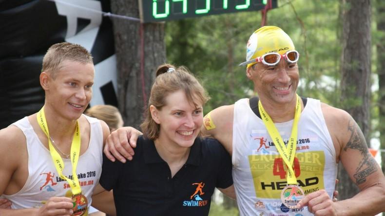 Bild vl. Aleksey Mikhailusov (RUS), Veranstalterin SwimRun Russia Marina Ivanova (RUS), Marco Henrichs (GER)