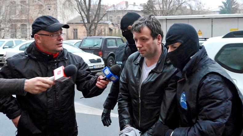Marcel Lazar Lehel wird nach seiner Verhaftung am 22. Januar 2014 von maskierten Polizisten abgeführt.