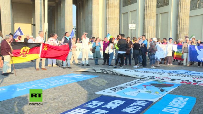 Protest vor dem Brandenburger Tor gegen NATO-Expansion und für Frieden mit Russland
