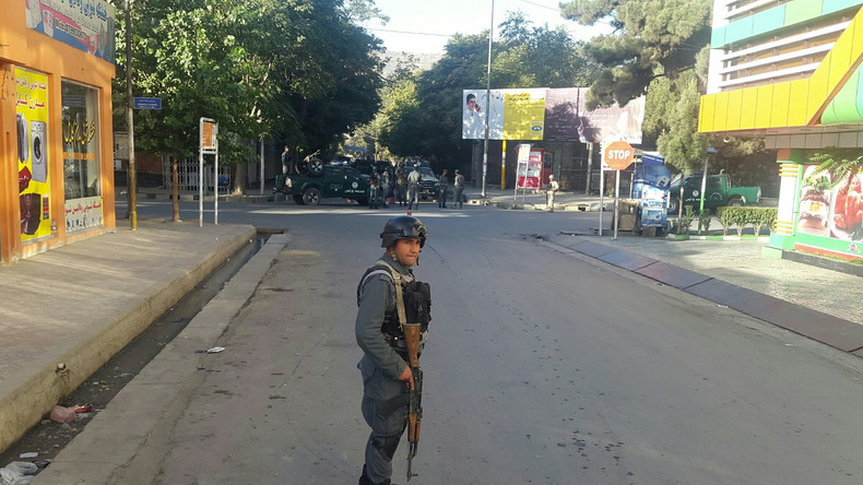 Ein afghanischer Polizist hält Wache nach dem Angriff auf die NGO.