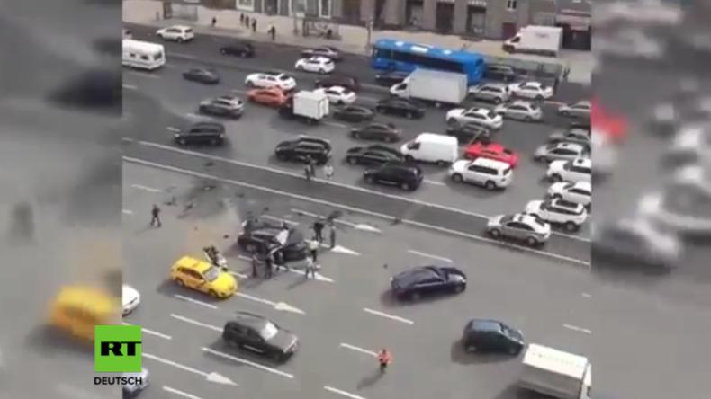 Regierungslimousine in spektakulären Unfall in Moskauer Innenstadt verwickelt, Chauffeur tot