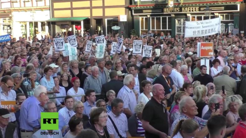 """CDU-Wahlkampfveranstaltung in Celle: """"Hau ab! Hau ab!"""" - Merkels Rede von Protest begleitet"""