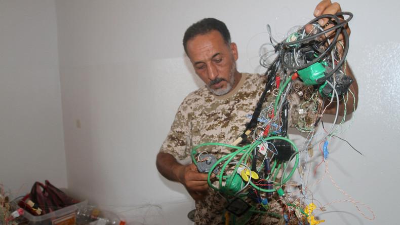 Obwohl der IS weitgehend vertrieben ist, lauern zahlreiche Gefahren auf libysche Soldaten in Sirte - von nicht explodierten Blindgängern, Mörserfeuer und Sprengfallen bis hin zu IS-Terroristen, die den Regierungstruppen Hinterhalte legen.