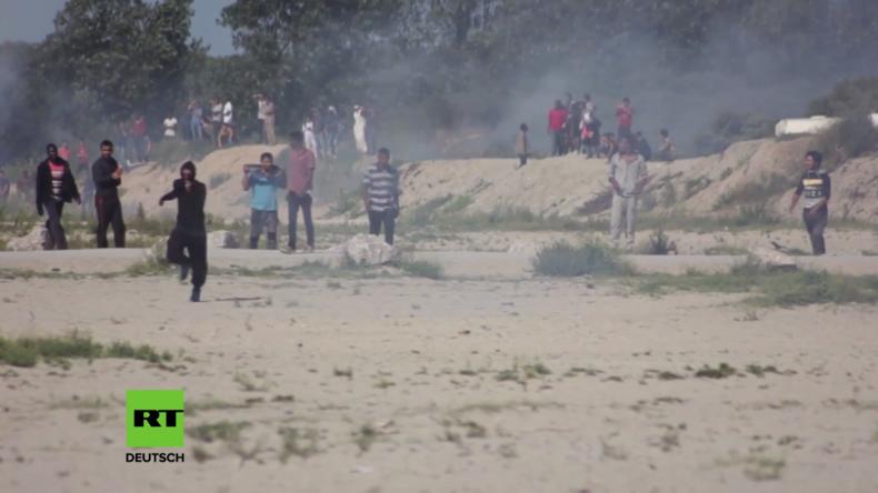 Schwere Zusammenstöße im berüchtigten Flüchtlingscamp von Calais – Hunderte wollen Zaun niederreißen