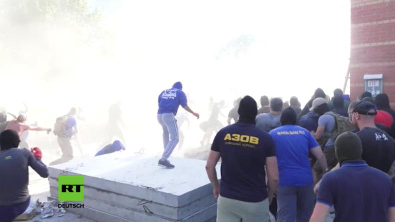 """Kiew: Rund hundert Anhänger des Asow-Batallions erstürmen """"illegale Baustelle"""" - 30 Verletzte"""
