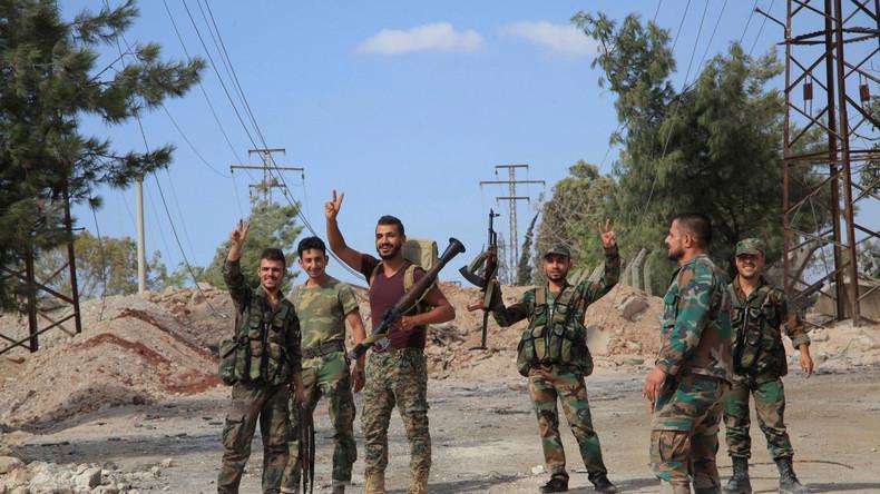 """Syrische Regierungstruppen mit dem """"Victory""""-Zeichen. Kurz zuvor hatten sie im Südwesten von Aleppo mit russischer Luftunterstützung einen Militärkomplex zurückerobert, 5. September 2016."""