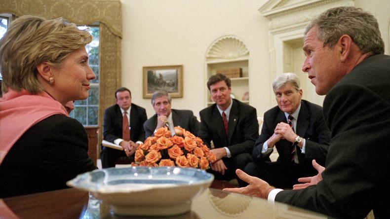 """George W. Bush bei einem Treffen mit Abgeordneten im Oval Office am 13. September 2001. Gemeinsam mit Hillary Clinton wurde damals der """"Krieg gegen den Terror"""" vorbereitet."""