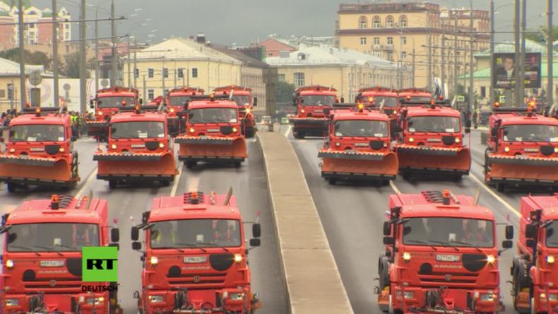 Moskau bricht zum 869. Geburtstag Rekord mit größter Massenparade von technischen Fahrzeugen