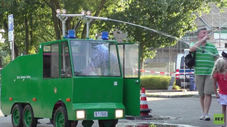 Kinder-Wasserwerfer der Berliner Polizei vs. Demonstranten. Auf welcher Seite stehst du?