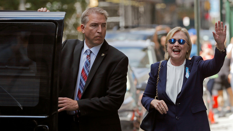Äußerst gut gelaunt zeigte sich Clinton nur 90 Minuten nach ihrem Schwächeanfall. Das Netz reagiert skeptisch.