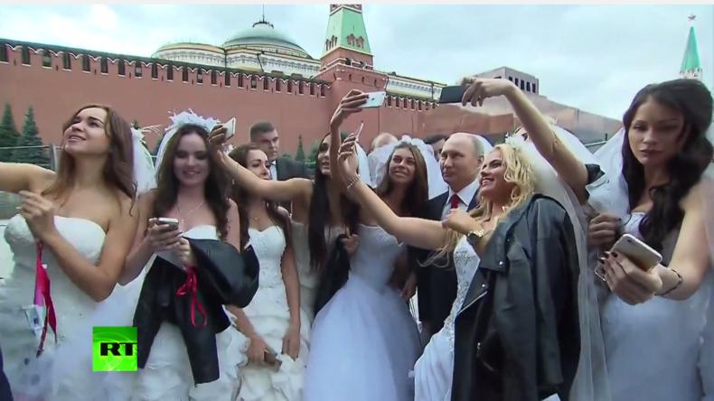 Bräute schnappen sich Putin für Selfies auf dem Roten Platz in Moskau