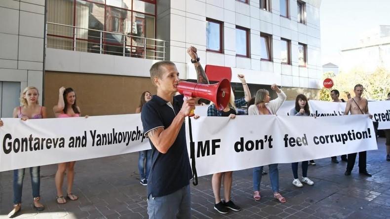 Studenten protestieren am IWF-Büro in Kiew gegen Finanzhilfen an Ukraine