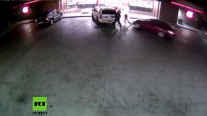 USA: Mann rast mit Vollgas in Polizisten und kommt erst in Tankstelle zum Stehen