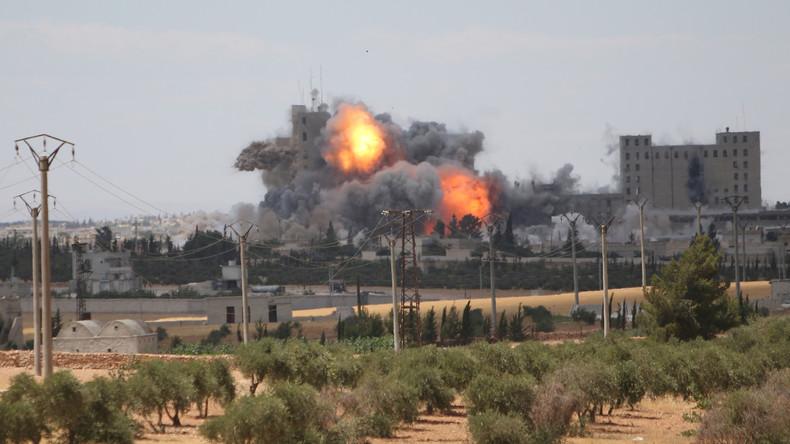 US-geführte Koalition bombardiert Stellungen der Syrisch Arabischen Armee und tötet über 60 Soldaten