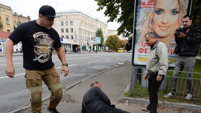 Ukrainische Rechtsextremisten versuchten mit Gewalt, russische Staatsangehörige an der Ausübung ihres Wahlrechts zu üben.