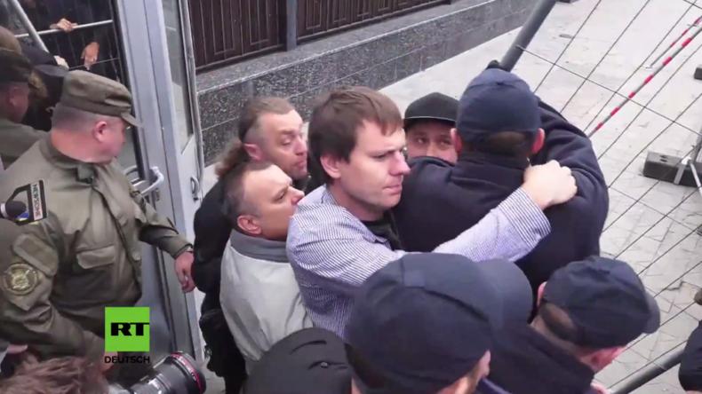 Kiew: Rechtsextreme blockieren Botschaft, um russische Bürger am Wählen zu hindern