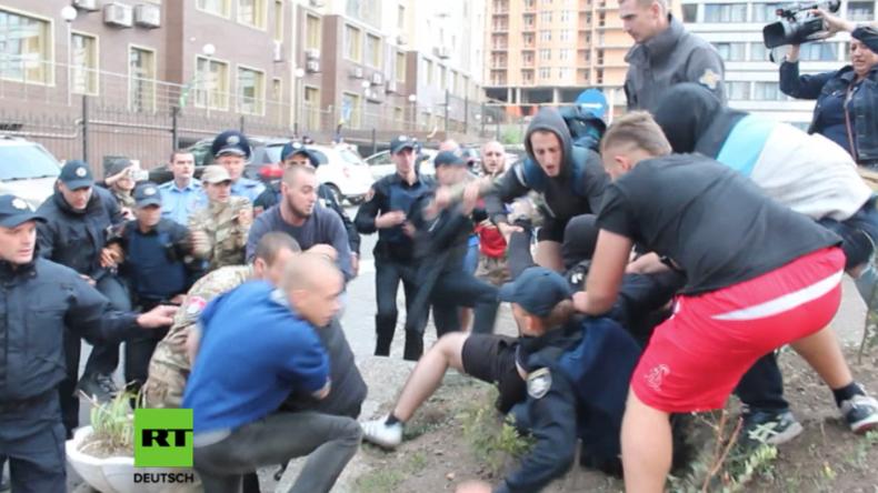 Odessa: Rechter Sektor liefert sich Schlägerei mit Polizei beim Versuch Russen vom Wählen abzuhalten